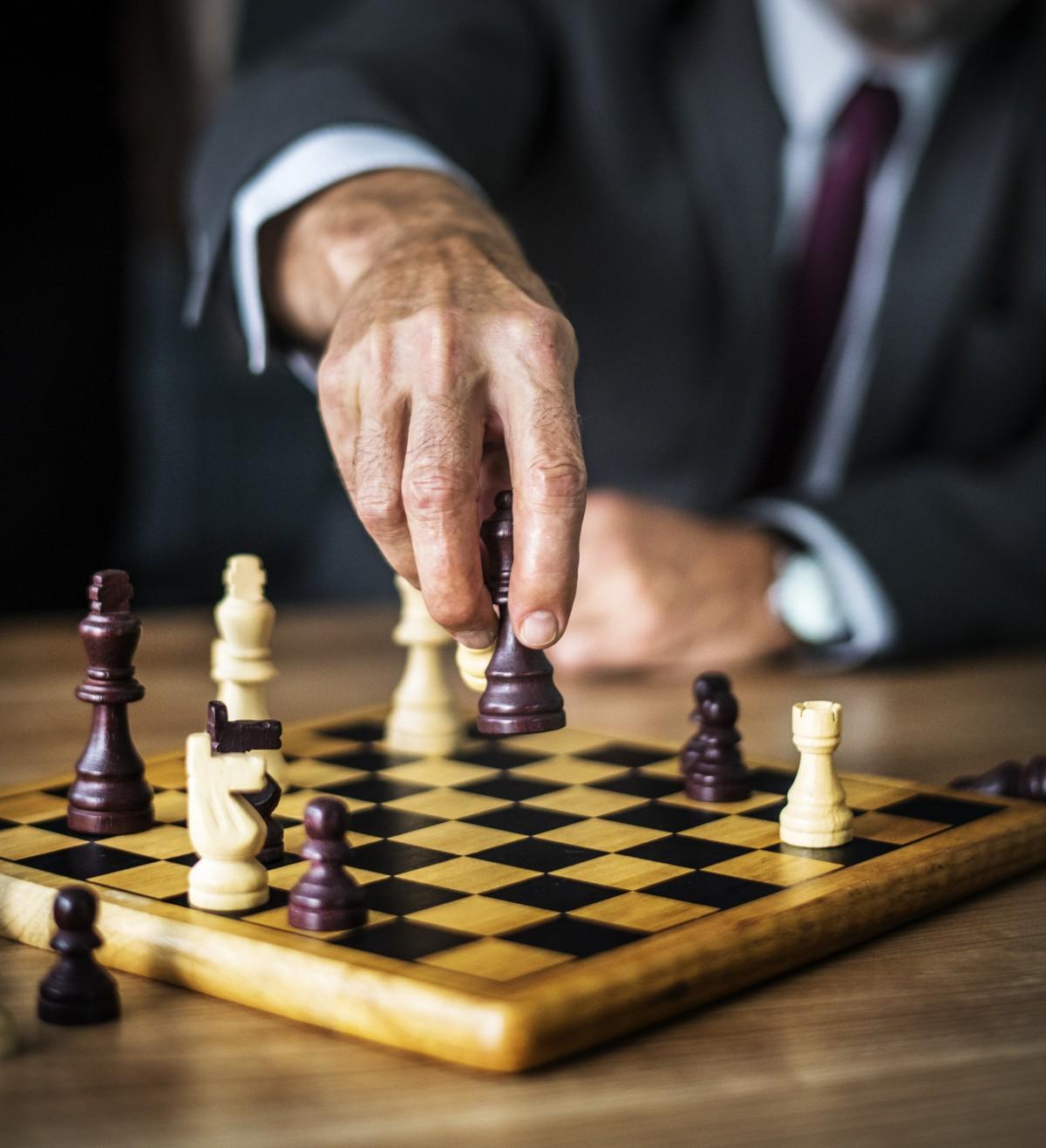 logro, adulto, batalla, negro, tablero, negocio, empresario, comprobar, ajedrez, pieza de ajedrez, tablero de ajedrez, elección, competencia, conflicto, Decisiones, defensa, atención, juego, mano, caballo, Rey, caballero, liderazgo, administración, compañero, emocionante, piezas, plan, planificación, jugando, poder, reina, Soldados, solución, deporte, estratégico, estrategia, símbolo, mesa, táctica, pensando, victoria, blanco, de madera, Juegos de interior y deportes, juegos, juego de mesa, Juego de mesa, recreación, dedo, jugar