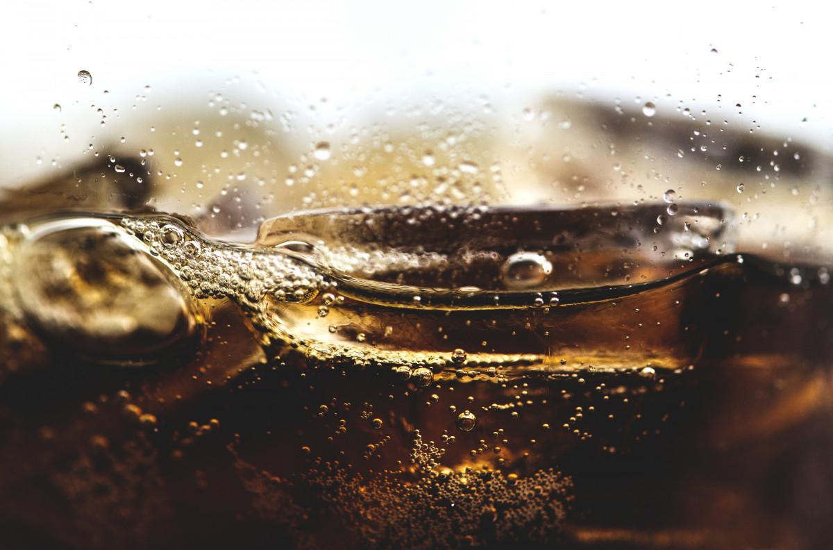 tło, napój, bańka, kofeina, gazowany, carbonated drink, woda gazowana, ścieśniać, Cola, zimno, zimny napój, odwodnienie, drink, picie, syczeć, gazowany, przyprawiony, przyprawa, świeży, świeżość, szkło, lód, kostka lodu, ciekły, makro, muzyka pop, orzeźwiający, odświeżenie, Soda, napój bezalkoholowy, cukierkowy, pyszne, pragnienie, spragniony, niezdrowy, Tapeta, woda, upuszczać, wilgoć, fotografia, martwa natura, Fotografia makro, ciecz bańka, stock photography, odbicie, płyn