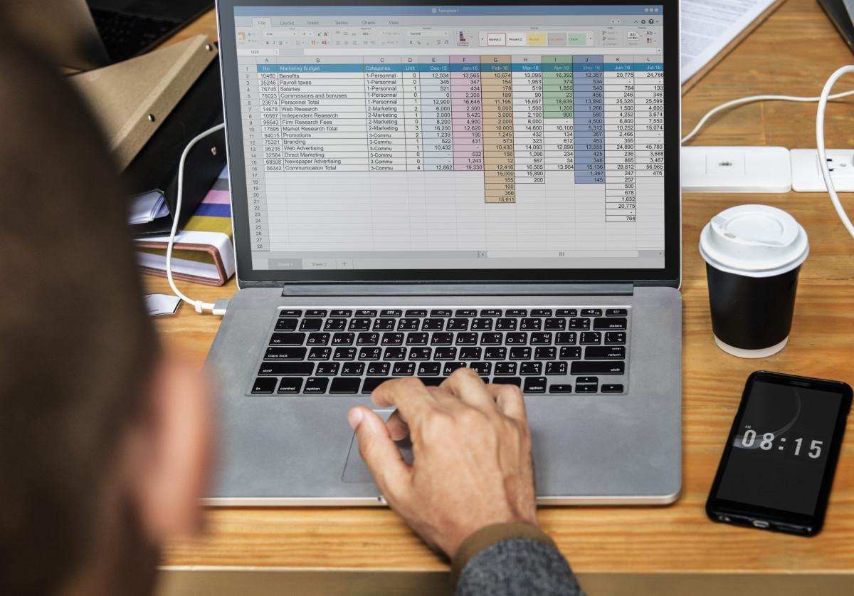 bisnis, pengusaha, Kaukasia, kopi, rekan, komunikasi, konferensi, koneksi, ruang copy, Database, desain ruang, alat, digital, perbedaan, dokumen, dokumentasi, arsip, grafis, aula, minuman panas, ide ide, dalam, Internet, Laptop, pria, manusia, pertemuan, modern, jaringan, buku catatan, Notepad, kantor, telepon, perencanaan, layar, memulai, strategi, meja, teh, tim, kerja tim, teknologi, waktu, bersama, kebersamaan, Mengetik, usaha, kayu, tempat kerja, pekerja, kerja, papan ketik komputer, komputer pribadi, fon, perangkat keras komputer