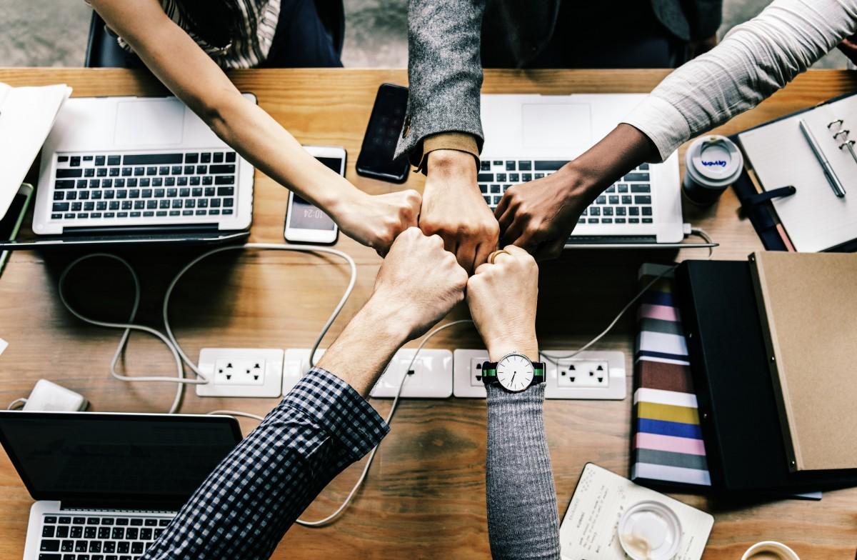 logro acuerdo brazos bache negocio alegrarse colaboración Colegas comunicación conexión cooperación acuerdo dispositivo digital diverso puño mano dedo diseño de producto fuente marca producto