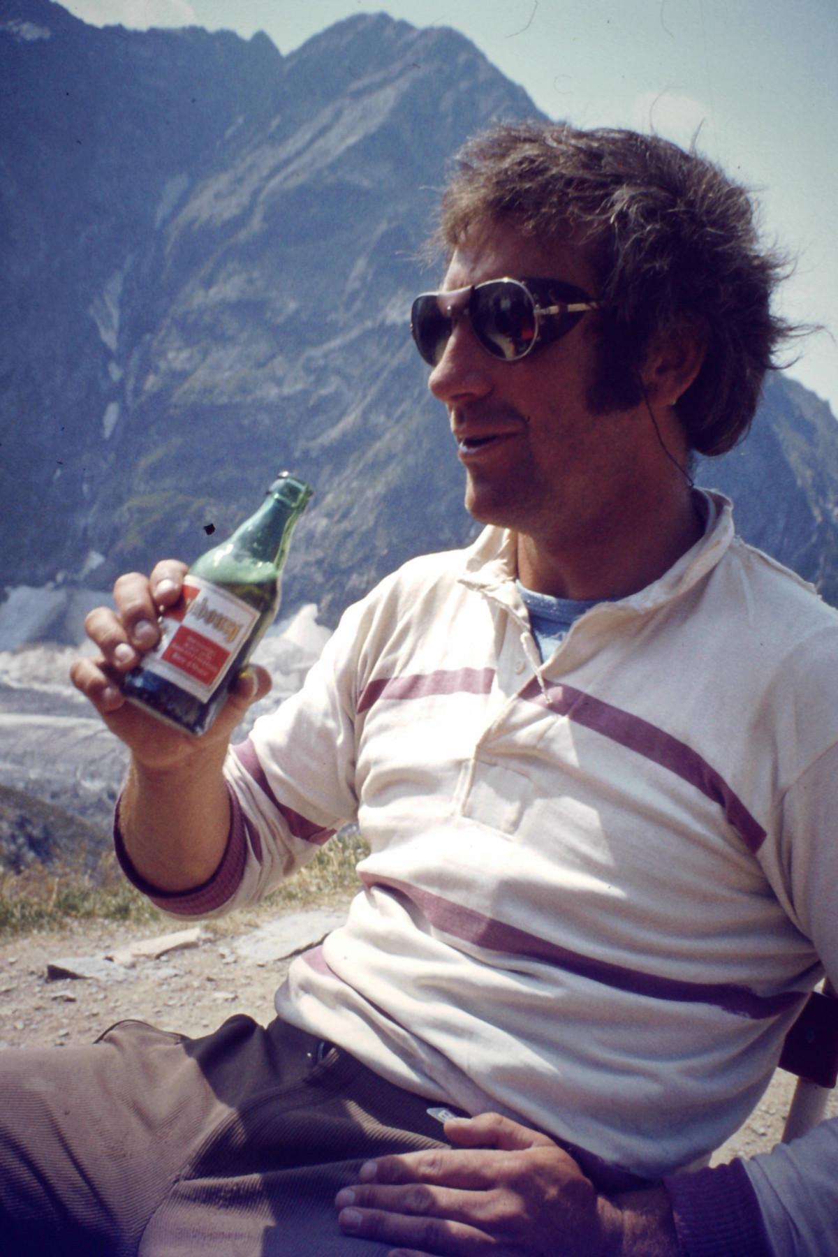 Férfi vakáció szemüveg idegenforgalom napszemüveg utazás hegy 5151eac106