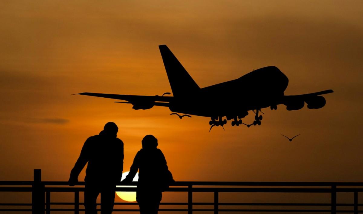 de viaje, gente, aeropuerto, puente, negocio, viajar, Pareja, ciudad, Paisaje urbano, puesta de sol, grupo, equipaje, juntos, pasajero, quitarse, silueta, horizonte, esperando, pacífico, viajero, hombre, mujer, cielo, avión, aeronave, viaje aéreo, aviación, Ingeniería Aeroespacial, aerolínea, avión de línea, Avión de cuerpo estrecho, ala, vuelo, noche, amanecer