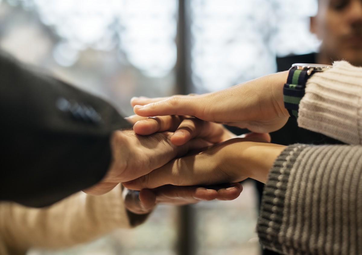teljesítmény afrikai származású megegyezés fegyver ázsiai üzleti kaukázusi ünneplés vidám közelkép együttműködés kolléga együttműködés különböző európai kifejezés barátok barátság csoport kezek kéz-halom Segítség segítő kezek találkozó hivatal társaság emberek erő oldalnézet stacked hands stacking hands üzembe helyezés siker támogatás csapat csapatépítés csapatmunka együtt összetartozás bizalom egység néz nyugati ember munka munkahely munkaterület kéz ujj köröm kar hüvelykujj