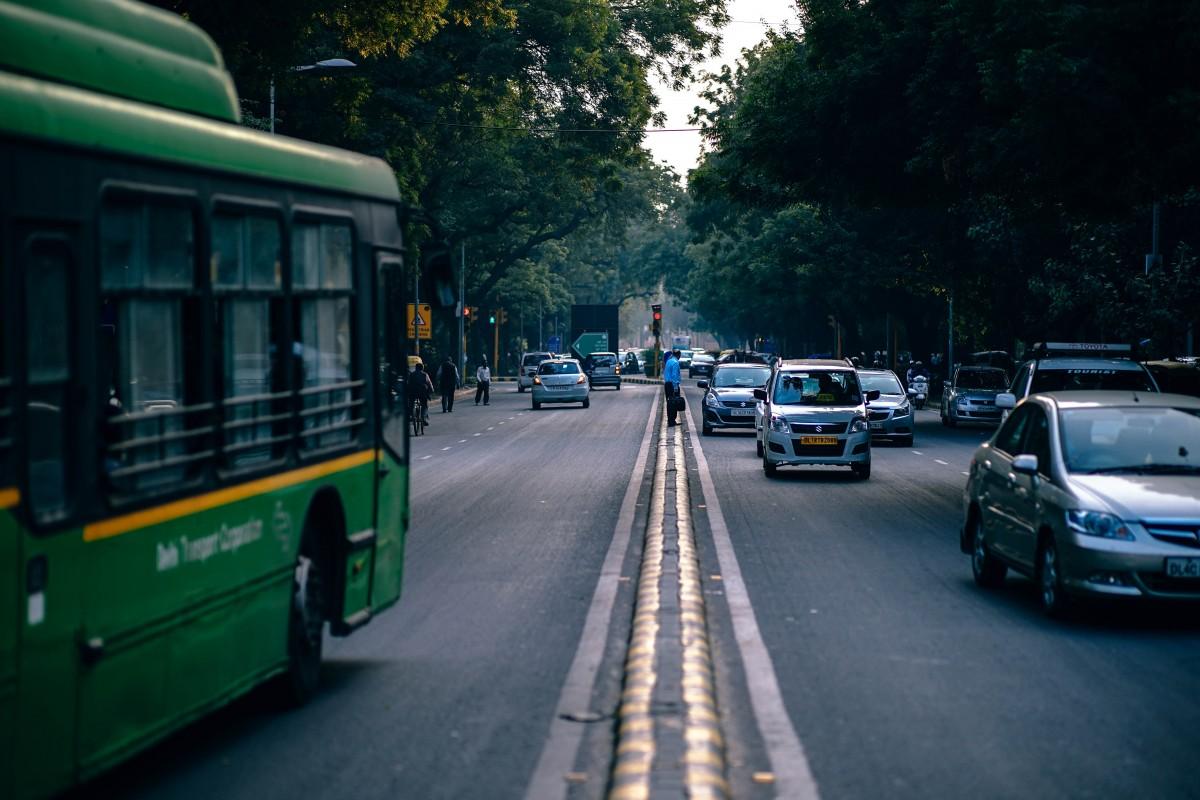 Gambar Lalu Lintas Mobil Jalan Raya Mengangkut Truk Kendaraan
