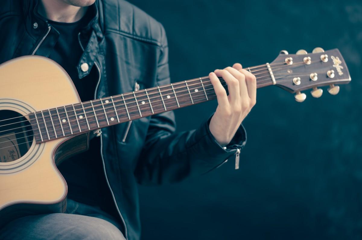 la musique guitare guitare acoustique instrument artiste bleu en jouant interprète musicien instrument de musique Bassiste guitariste guitare basse Chanteur compositeur instrument à cordes Instruments à cordes pincées Slide guitar Guitare acoustique Guitariste de jazz