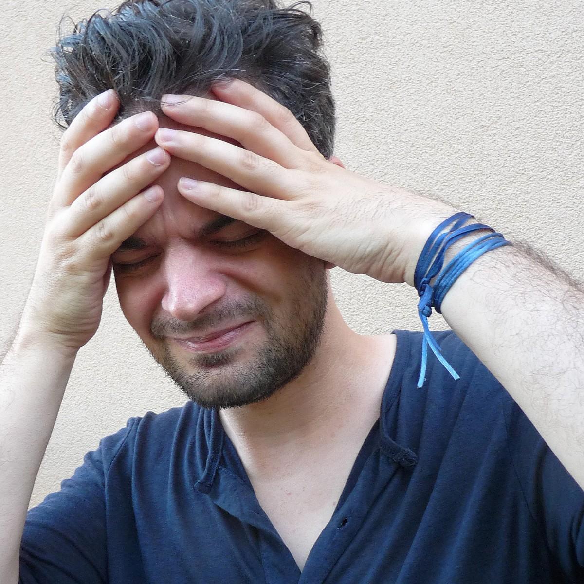 main homme la personne cheveux mâle portrait bleu bras Coiffure barbe visage tête peau beauté image organe stress malheureux mal de tête sens Homme stressé Poils du visage