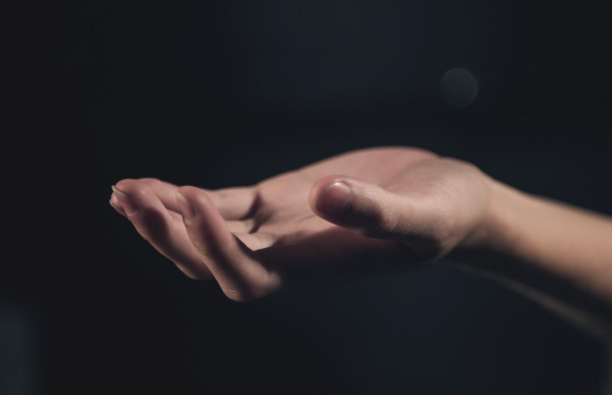 рука открытый легкий девушка женщина фотография темно женский пол Молодой Палец Татуировка Пальма человек Темнота вместе рука Крупным планом задний план рука об руку Эмоции Взаимодействие смысл держать за руку