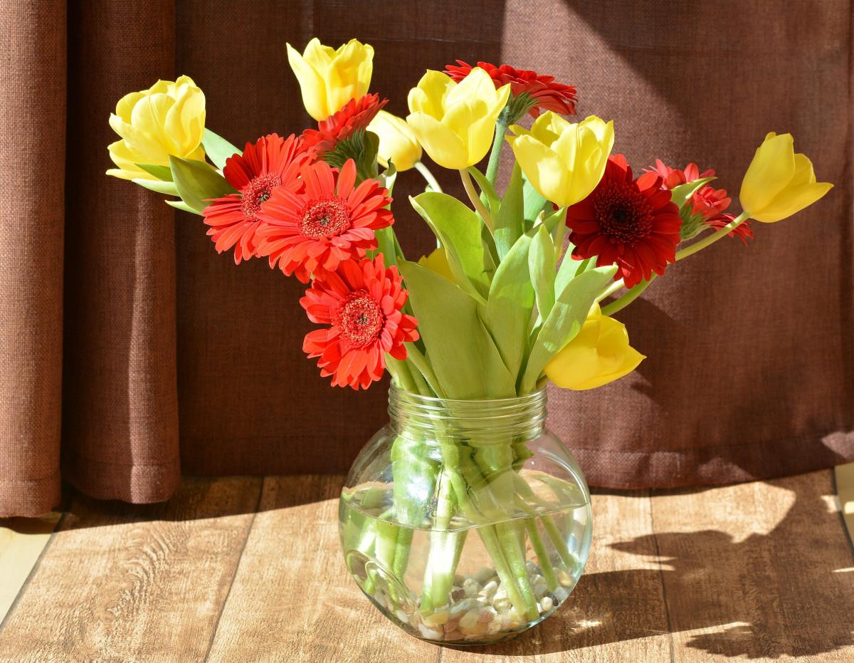 до, картинка три цветка в вазе фото картинку