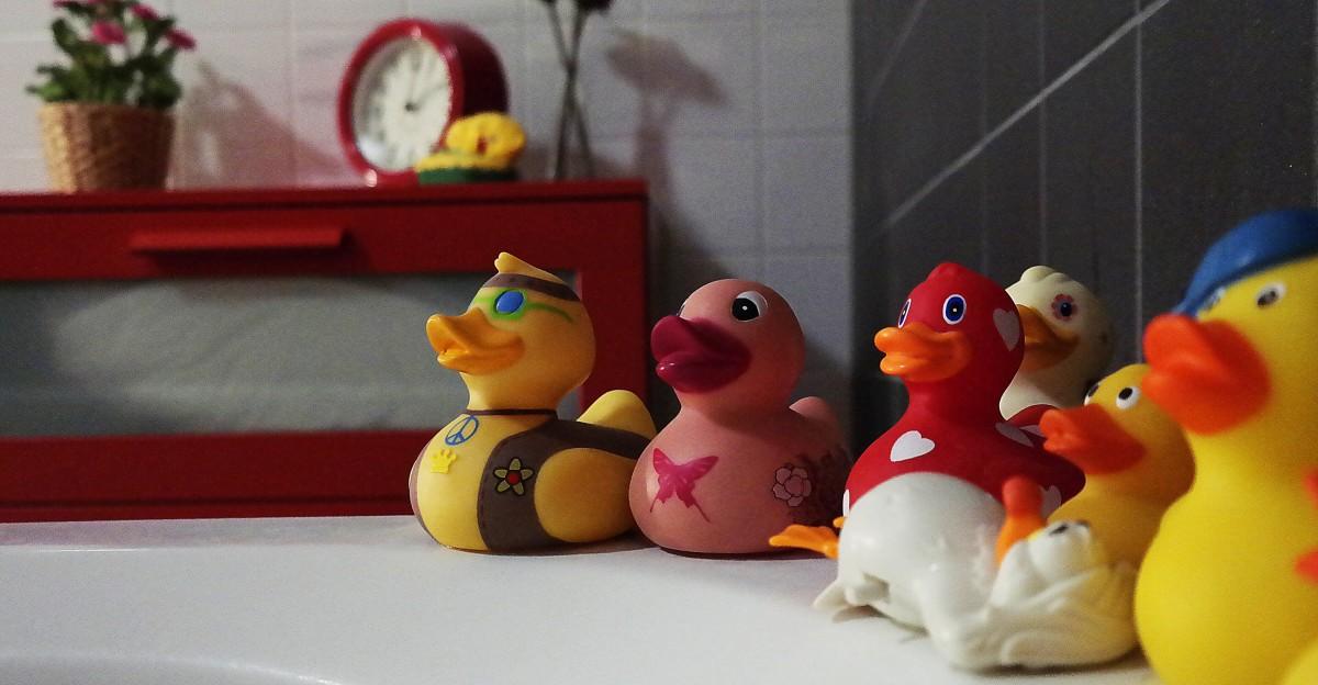 baño difuminar niño linda Decoraciones divertido juego grupo adentro niño Tiro de ángulo bajo habitación patos de goma bodegón Azulejos juguete madera joven