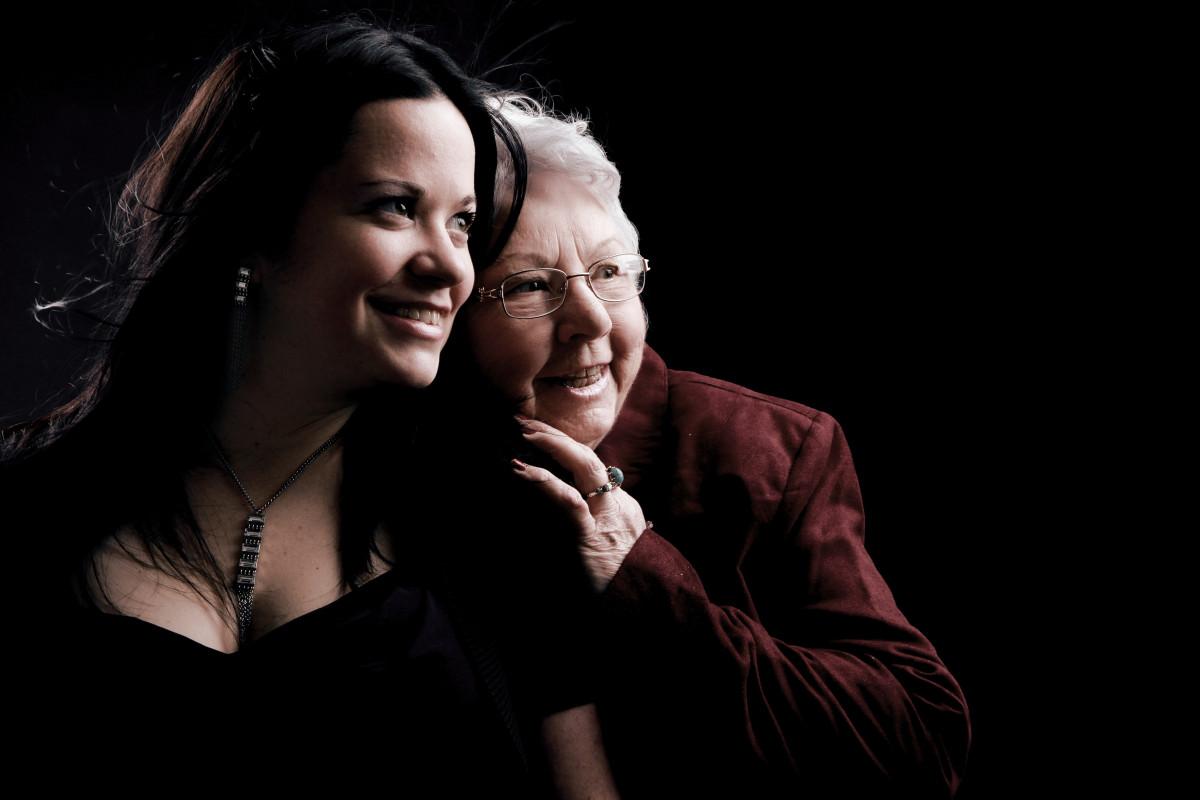 niña amor romance oscuridad amistad abuela canto Generacion Interacción accion humana