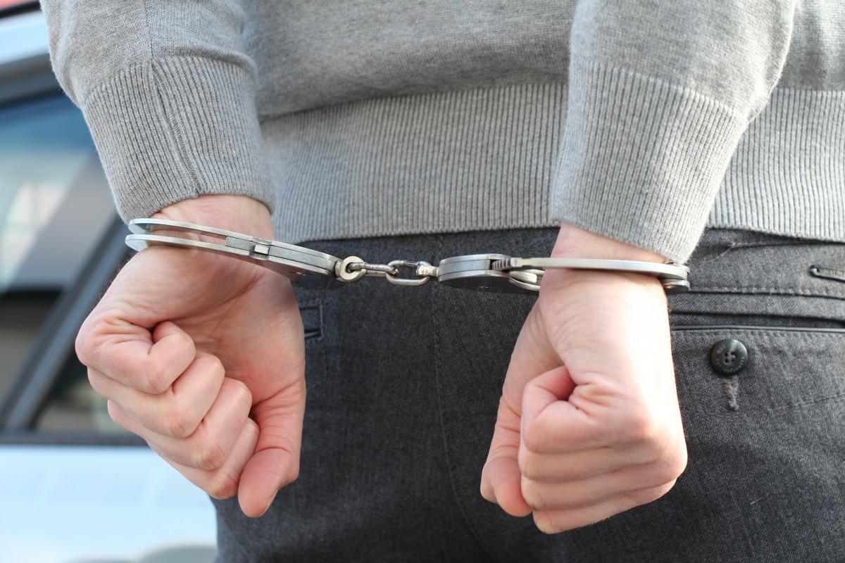Hand Leder Bein Finger Arm menschlicher Körper Gürtel Brille Polizei Kriminalität Reißverschluss verhaften Haft Handschellen Verriegeln Polizei Nutzung Täter Mode-Zubehör