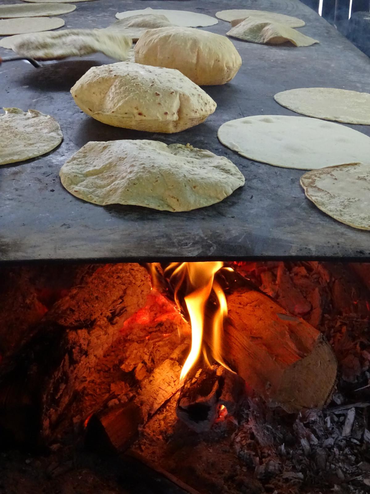 rock madera redondo comida maíz cocina fuego gastrónomo cocinar estufa geología nutrición Méjico tortilla Taco gastronomía tradicional inflar mexicano Lena típico Tortilla hecha a mano Comal