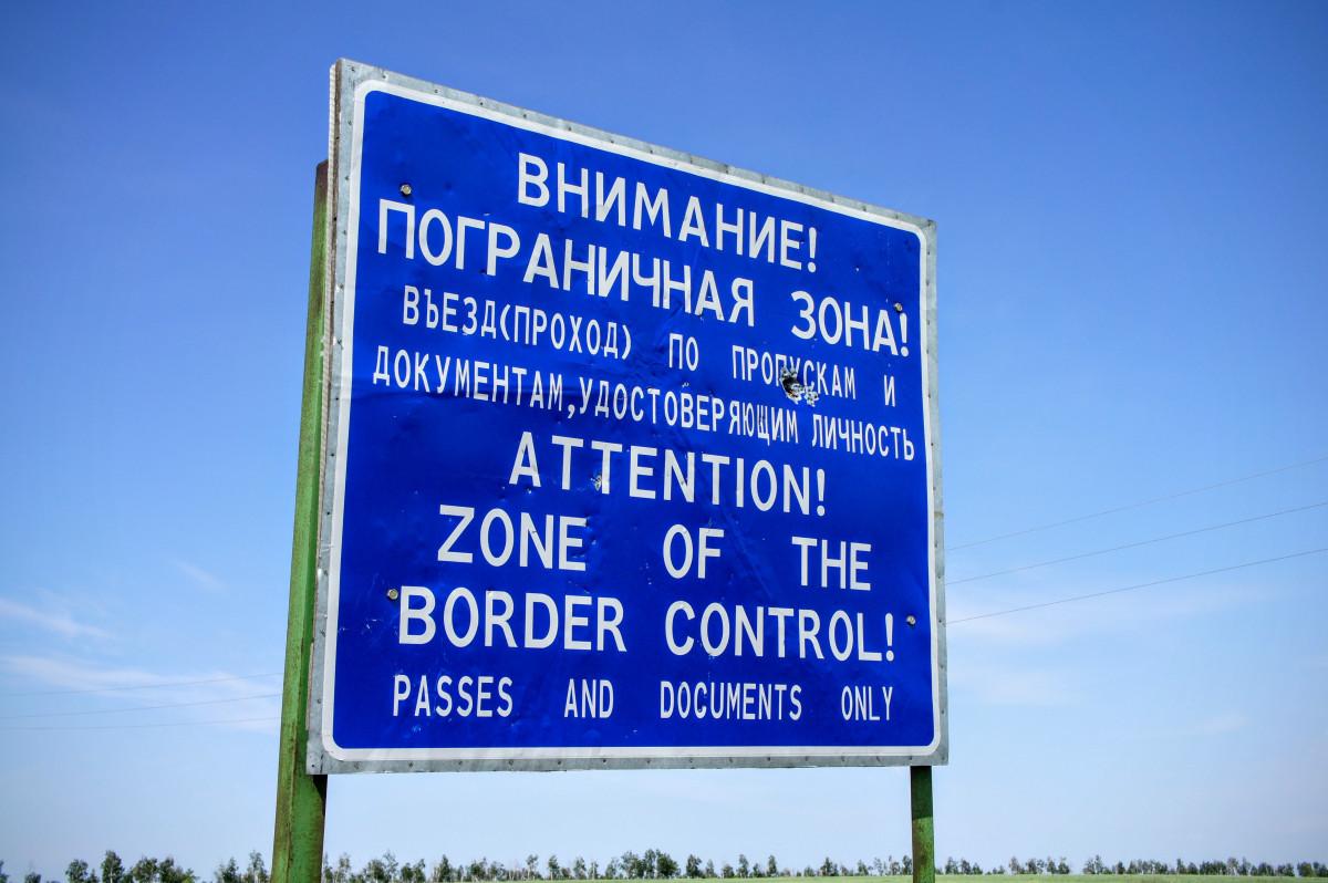 Dálnice reklamní země podepsat ulice podepsat signage pruh Rusko okraj warnschild dopravní značka Kazachstán kříž štít