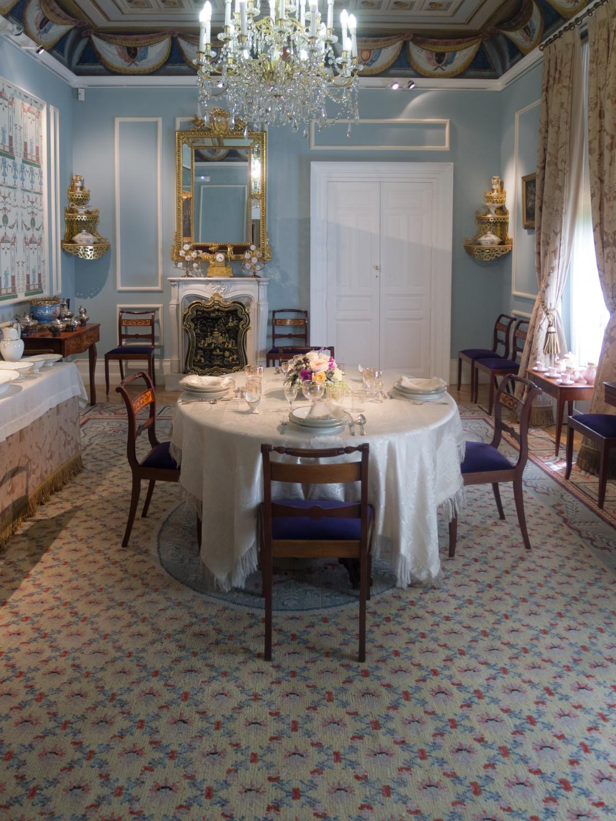 images gratuites table lumi re villa manoir sol maison environnement d coration chalet. Black Bedroom Furniture Sets. Home Design Ideas