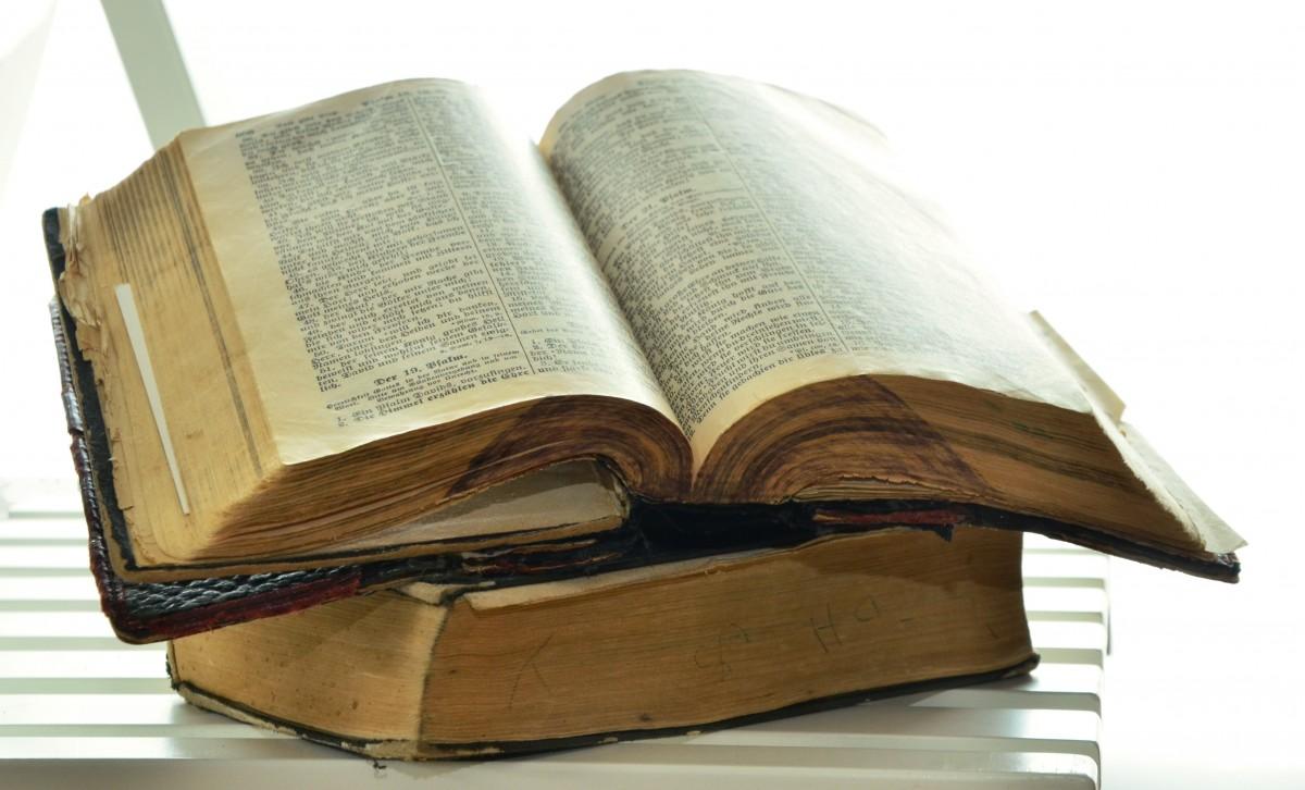 ноты по страницам библии старой мокром белье было