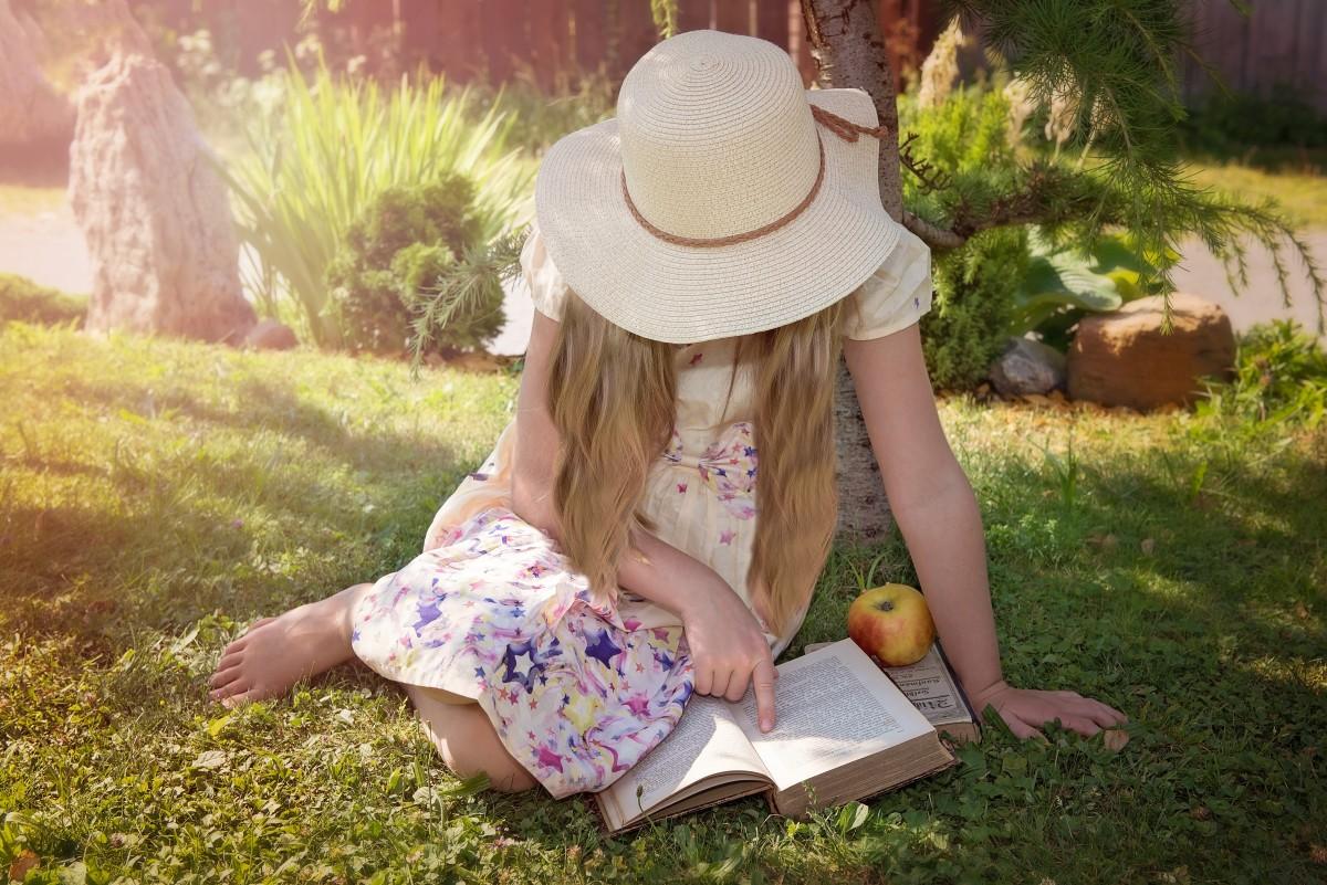 természet könyv olvas személy lány gyep rét játék nyár portré tavaszi kipiheni magát ülés gyermek emberi kalap hosszú haj piknik ruha szünet ki emberi pozíciók
