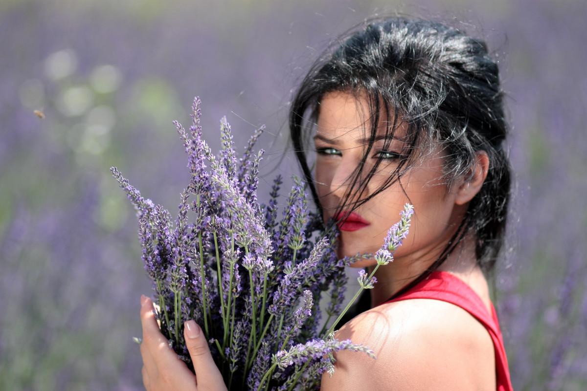 Фото девушек брюнеток к с цветами