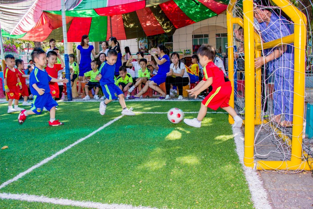 Gambar : olahraga, halaman rumput, permainan, pria, muda ...