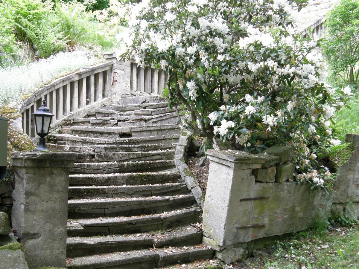 Immagini belle bianca parete cottage giardino misterioso le scale cadente tenuta - Scale in giardino ...