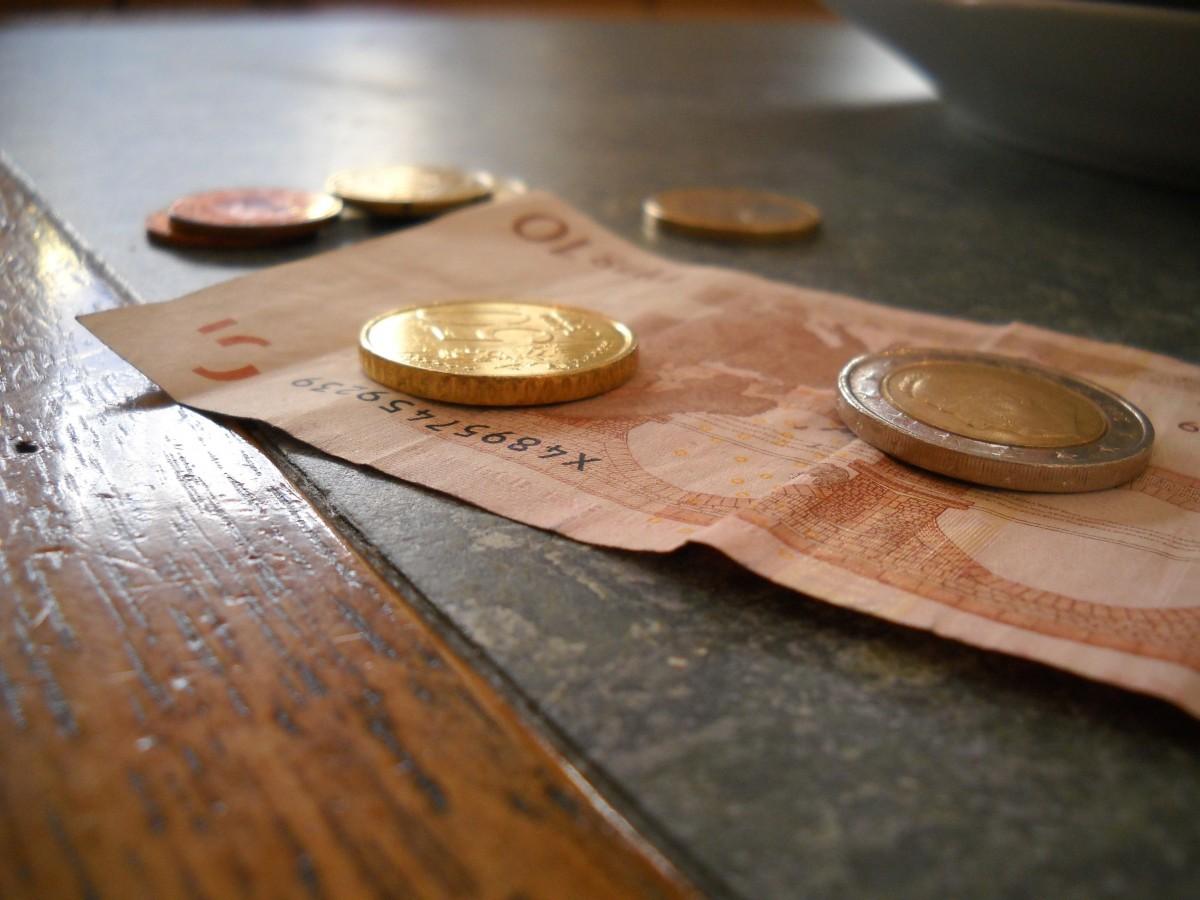 table bois argent Entreprise achats Matériel en espèces euro dette tirelire impôt pièces de monnaie vente au détail Taxes dépenser factures Dollars dépenses Bourse Argent européen