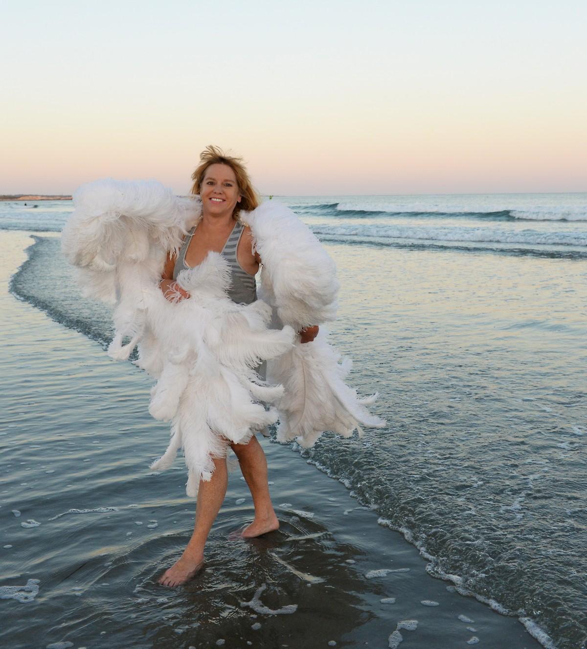 Порно ангел на фоне моря фото