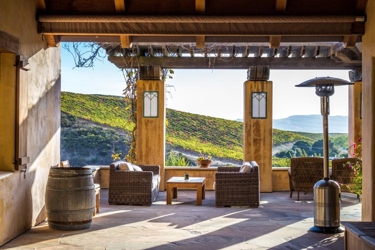 Fotos gratis arquitectura madera villa asiento ventana ver restaurante porche - Ley propiedad horizontal patio interior ...