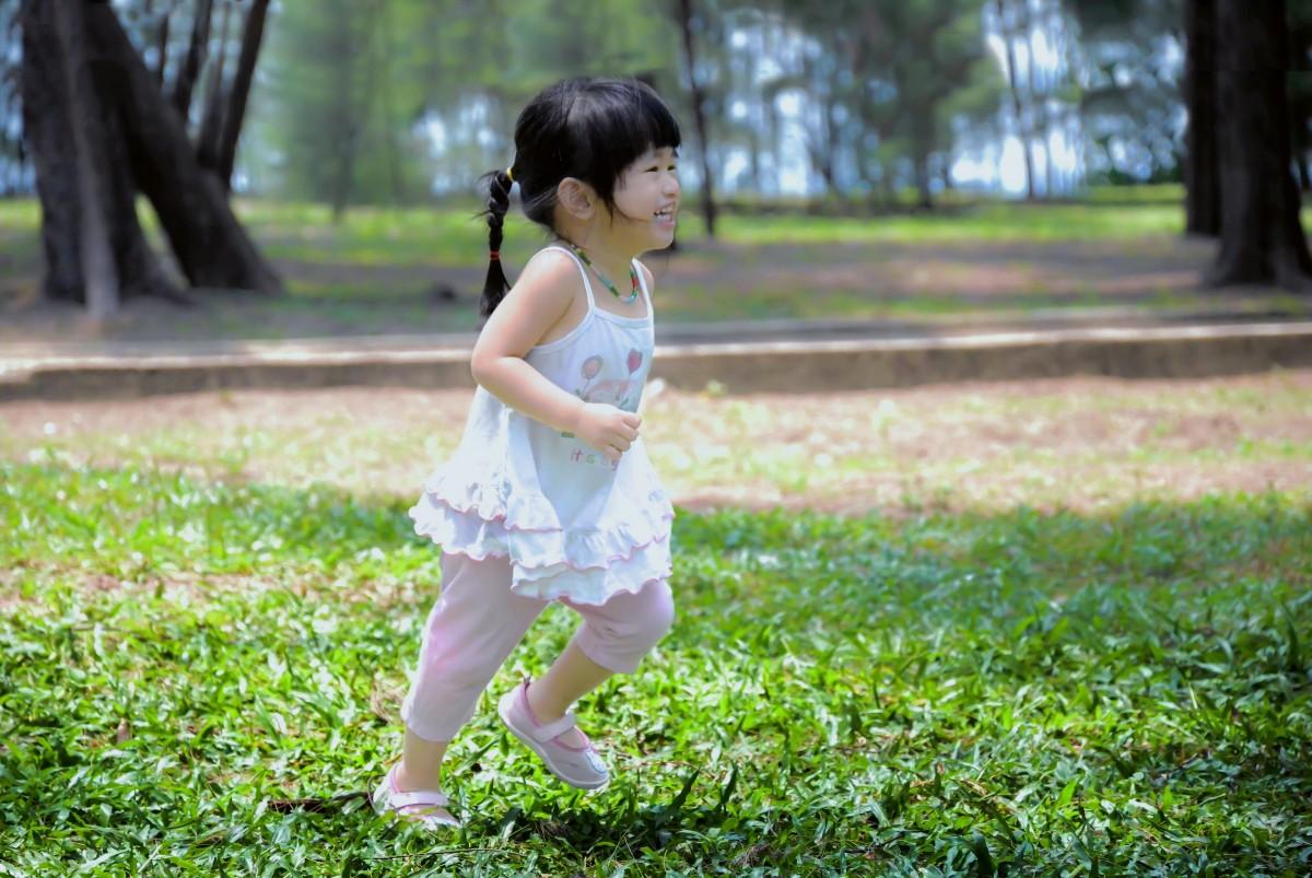 Gratis billeder Mennesker, pige, leg, samfund, park, barn, picnic, engel, børn-3670