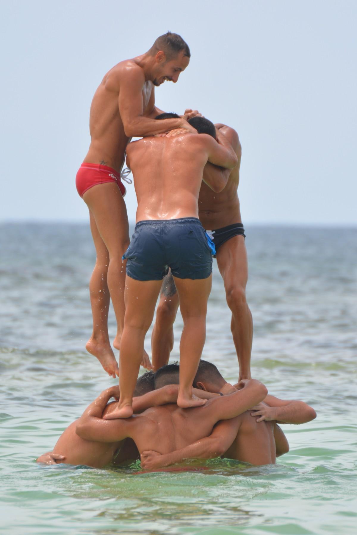 На дрочат парни пляже нудисты
