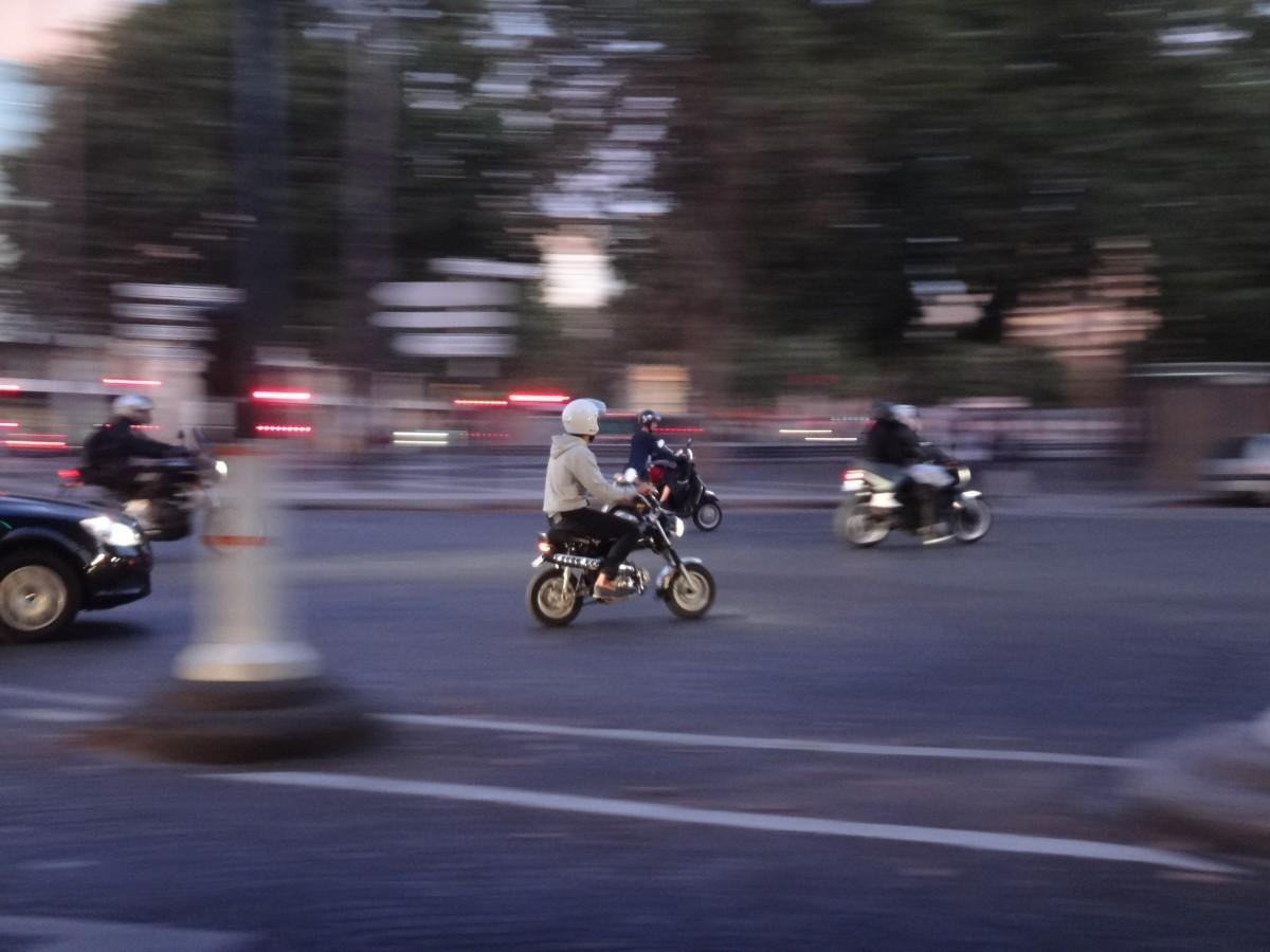 voiture bicyclette Paris véhicule moto Sortie conduire mouvement course courses cascade faire de la moto Cascadeur Honda dax