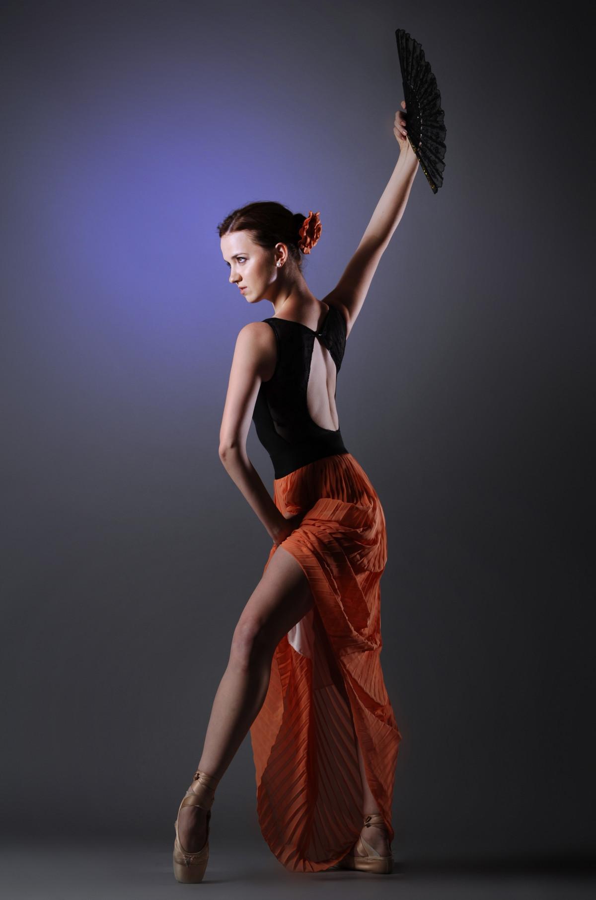 Танцует молодая девушка