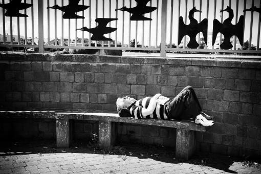 Fotos gratis : hombre, en blanco y negro, fotografía, oscuridad, descanso, monocromo, perezoso ...