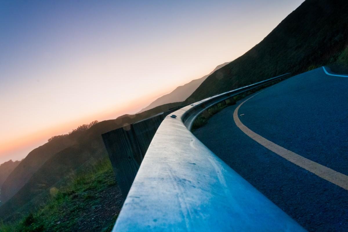 море горизонт гора небо Восход Дорога улица Солнечный лучик утро волна рассвет горный хребет Кривая Размышления Изгиб рейс Синий Горы Рельеф Атмосфера земли Горные рельефы