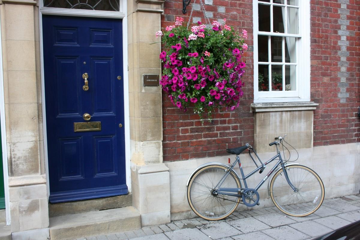 images gratuites route rue fen tre v lo bicyclette maison mur v hicule chalet couleur. Black Bedroom Furniture Sets. Home Design Ideas