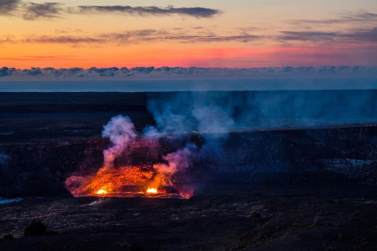 paisaje mar naturaleza amanecer puesta de sol vapor ola amanecer fumar oscuridad noche crepúsculo fluido escénico Estados Unidos volcán Hawai vistoso Nubes geología caliente lava activo fundido erupción Lago de lava halemaumau magma Parque nacional de los volcanes Fenómeno geológico