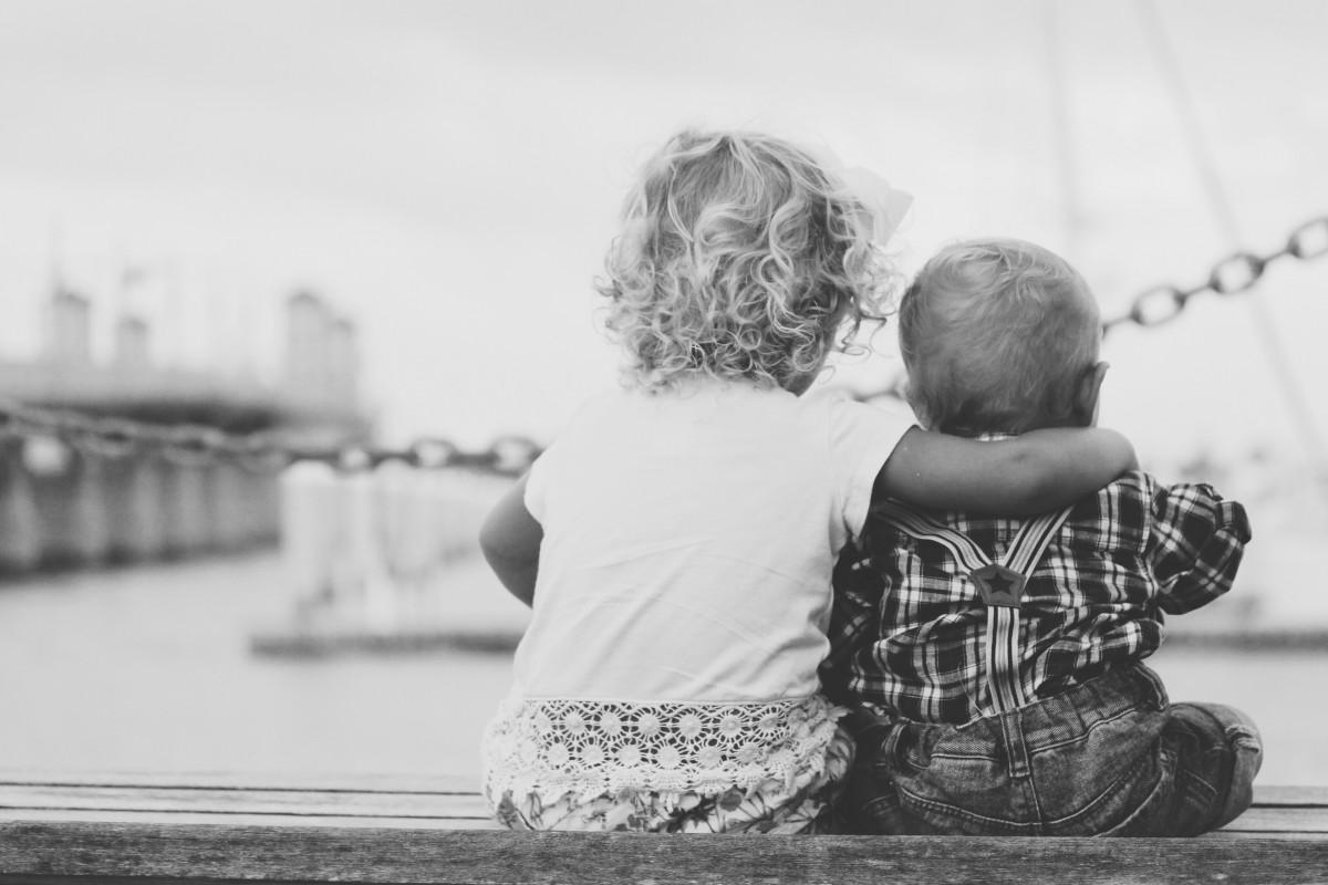 człowiek, osoba, czarny i biały, ludzie, biały, fotografia, siostra, brat, dziecko, życie, rodzina, rodzeństwo, opiekuńczy, interakcja, najlepsi przyjaciele
