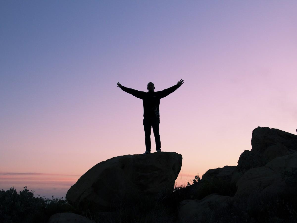 hombre, mar, rock, horizonte, silueta, persona, montaña, nube, cielo, amanecer, puesta de sol, Mañana, púrpura, amanecer, pico, Monumento, chico, oscuridad, en pie, estatua, noche, paz, libertad, silencio, Rocas, roca, éxito