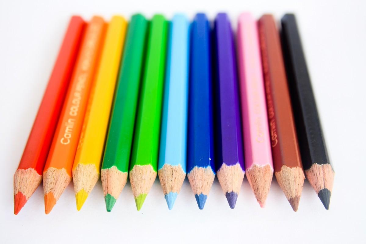 Gambar pensil tajam kayu alat hijau merah biru