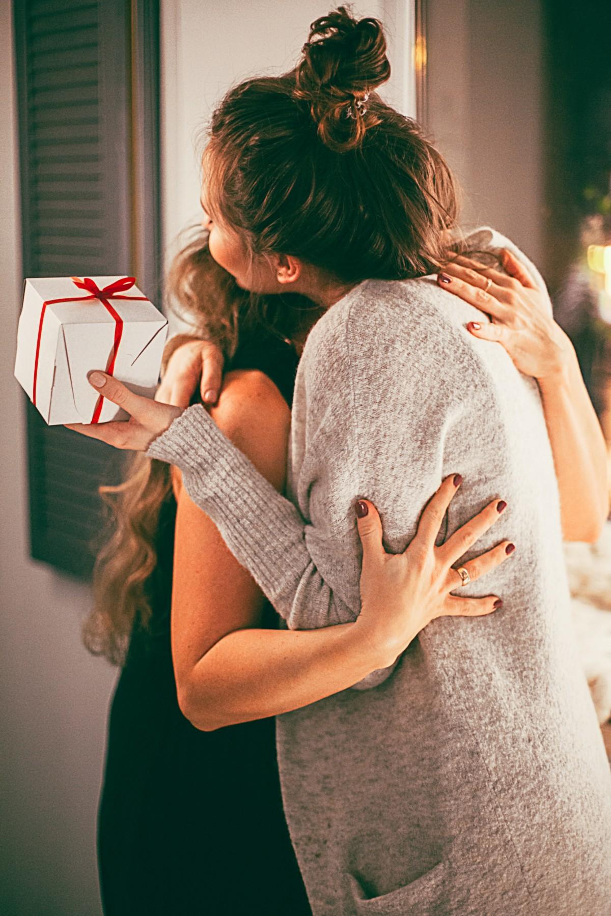 Открытка обнимающие руки, видео открытки