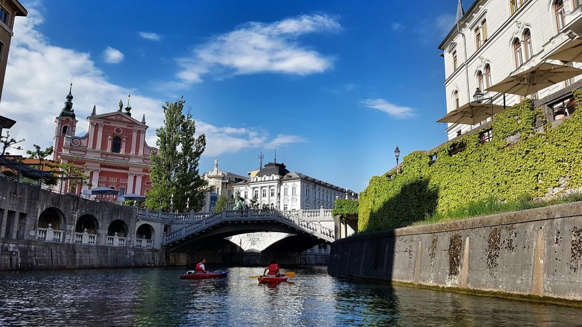 pont ville château rivière canal Paysage urbain vacances Voyage point de repère tourisme voie navigable Slovenie Ljubljana Canoë-kayak Laibach Forme de relief Visites guidées caractéristique géographique