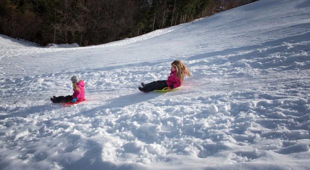 Fotos gratis : nieve, niña, vehículo, clima, temporada, deporte de invierno, niños, divertido ...