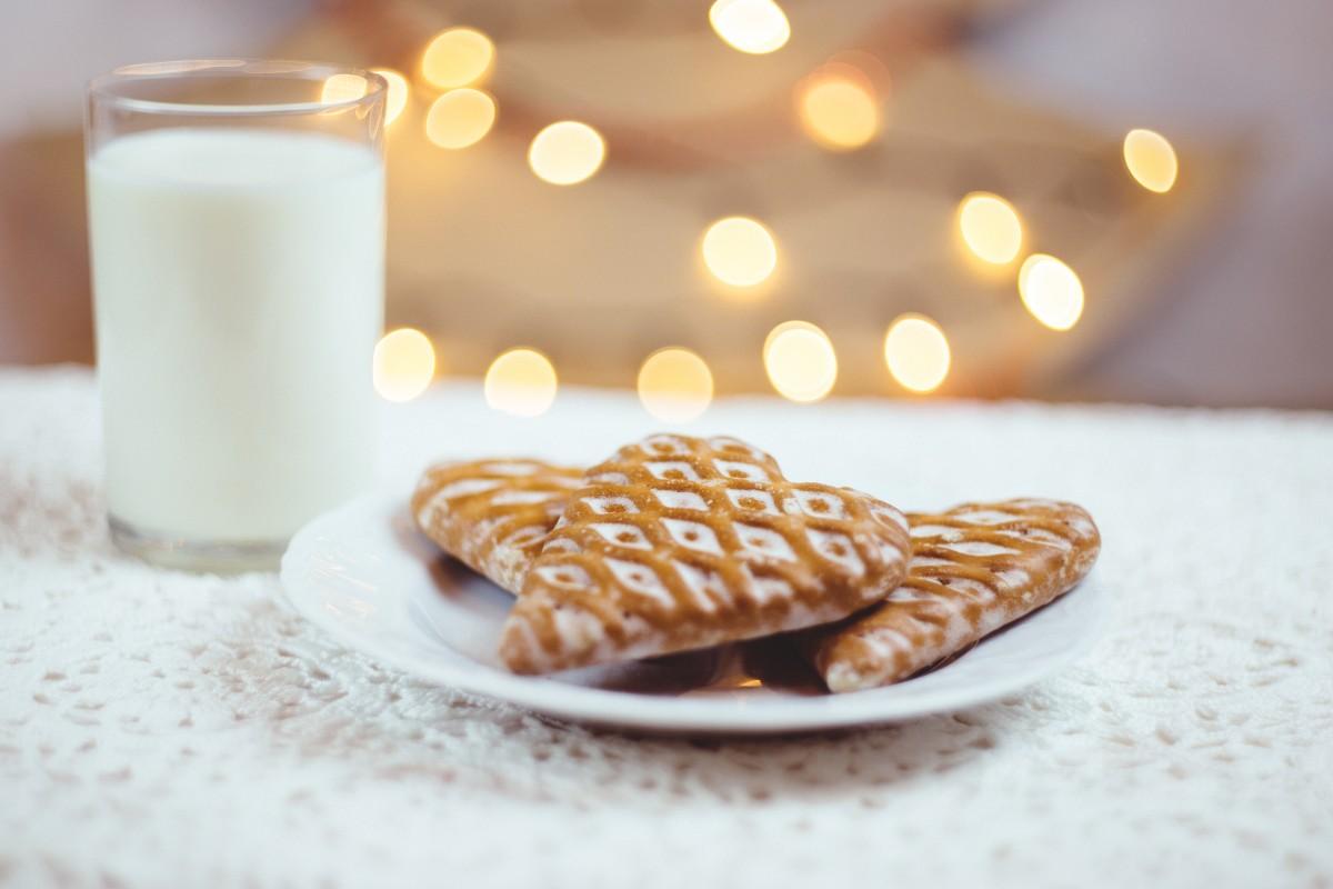 Открытка печенье с молоком