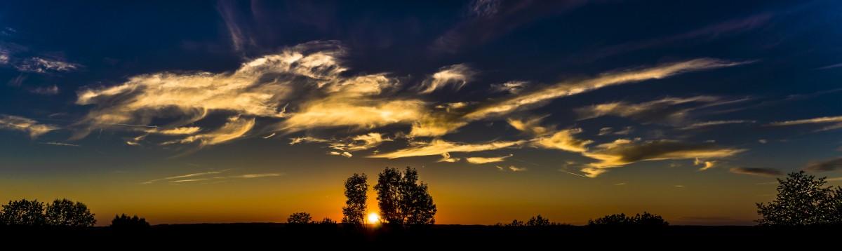 horizont sziluett felhő ég nap Napkelte napnyugta napfény reggel hajnal légkör panoráma nyár szürkület este narancs piros gomolyfelhő fák felhők háttér tapéta hangulat abendstimmung utánvilágítás esti égen felhők formájában fejléc szélesvásznú meteorológiai jelenség piros ég reggel
