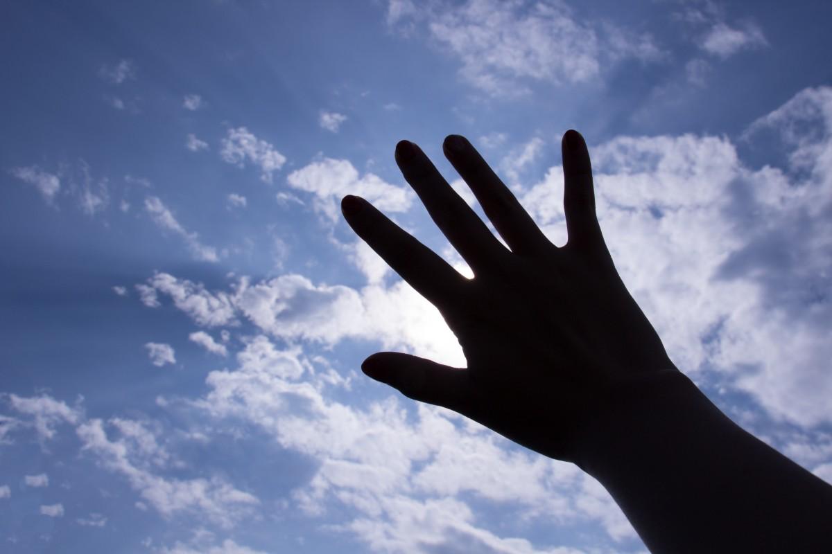 красивые картинки рук на фоне неба это