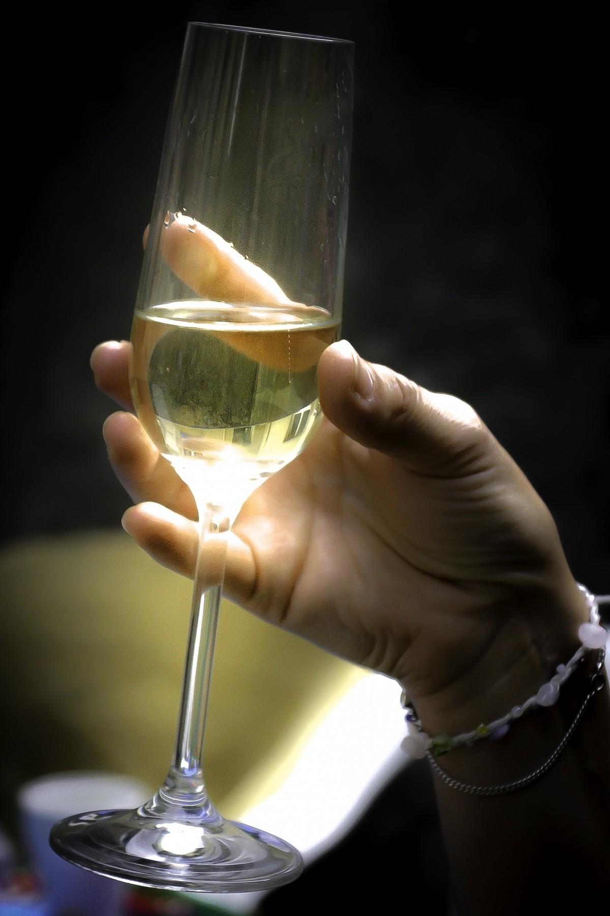 Картинка бокал с шампанским в руке