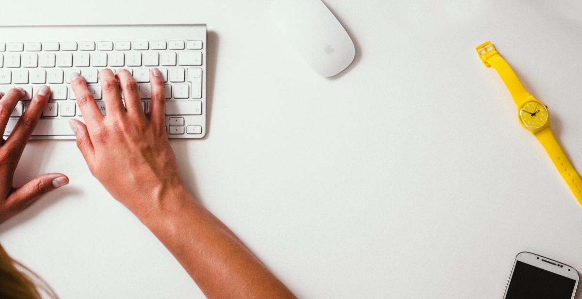 escritorio escritura reloj mano mecanografía trabajando teclado dedo escritor escribir reloj de pulsera gafas