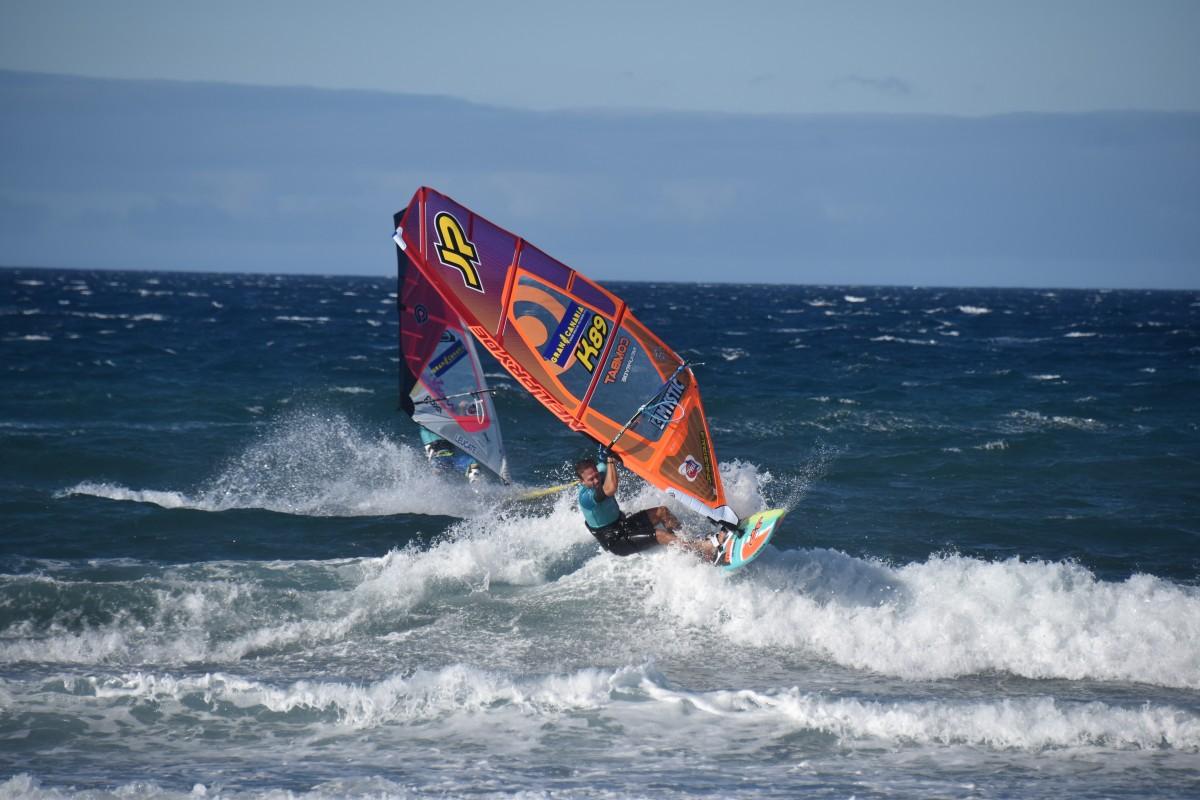 лодка в море ветер
