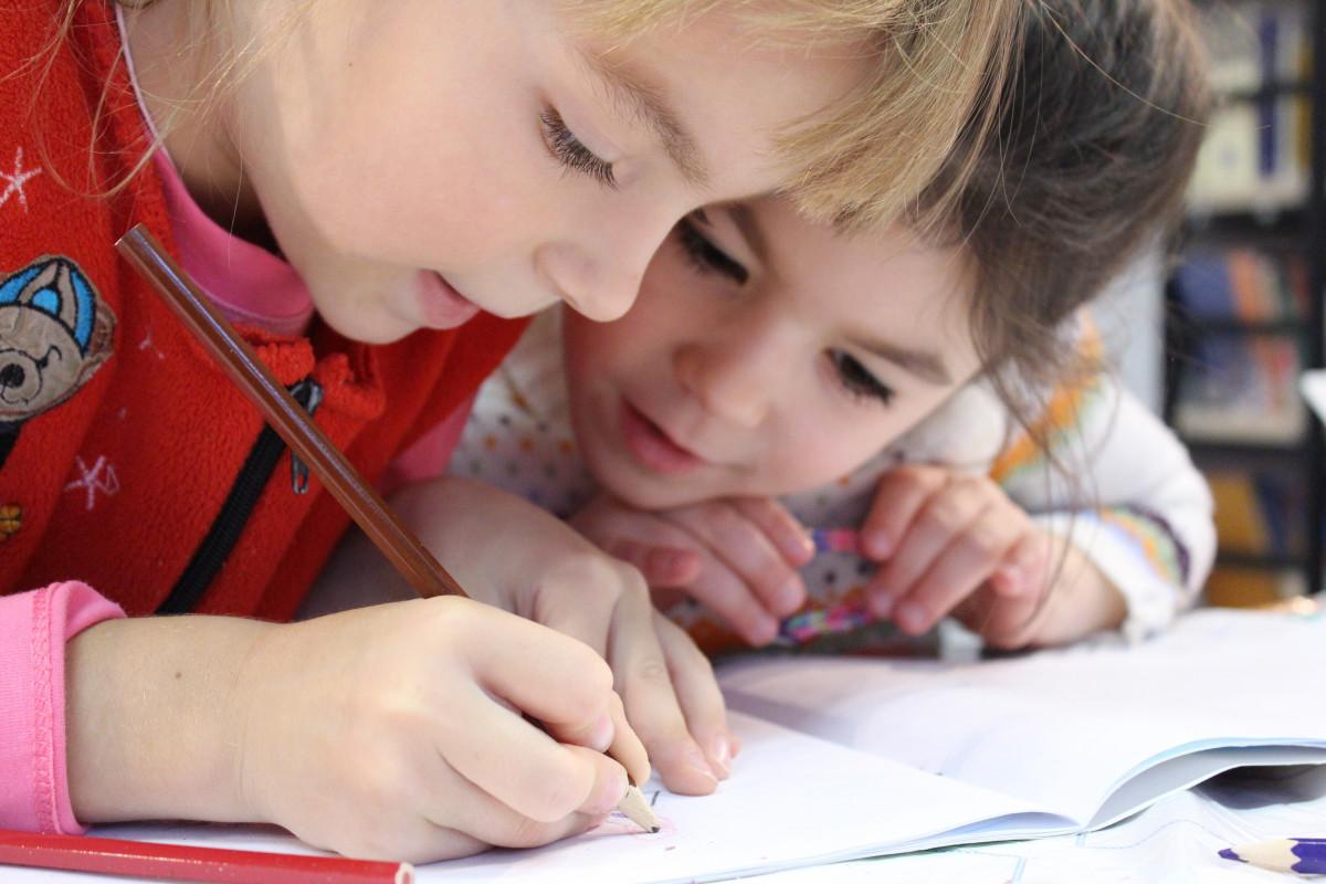 notesbog skrivning person blyant pige Spille læsning barn baby barndom børn undersøgelse tegning venner hænder spædbarn lille barn glæde skole lektie lektier pænt menneskelige holdninger vdvoem holder øje med