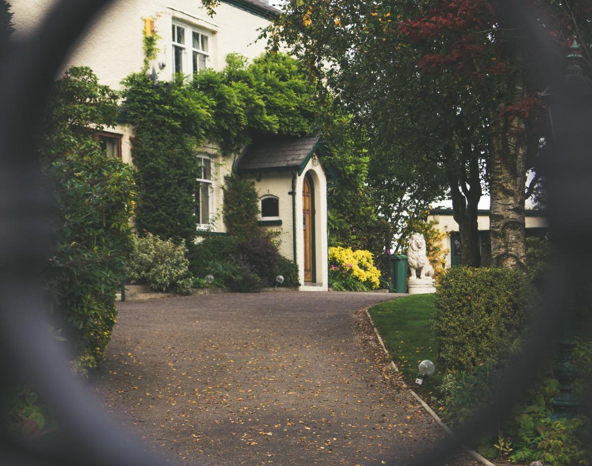 house_dwelling_tree_entrance_villa-113628.jpg!d