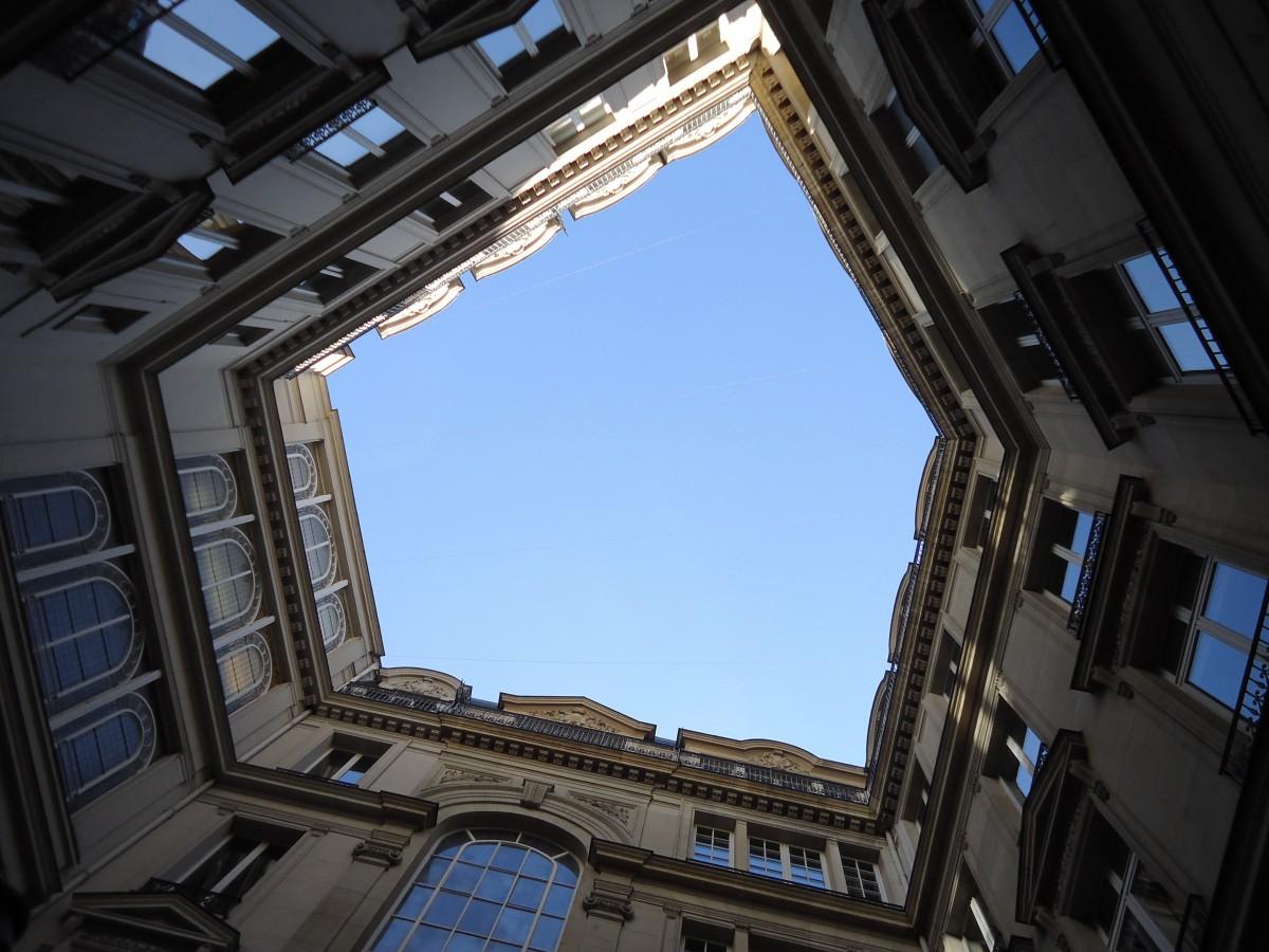 этой картинки окон в зданиях интересное, что