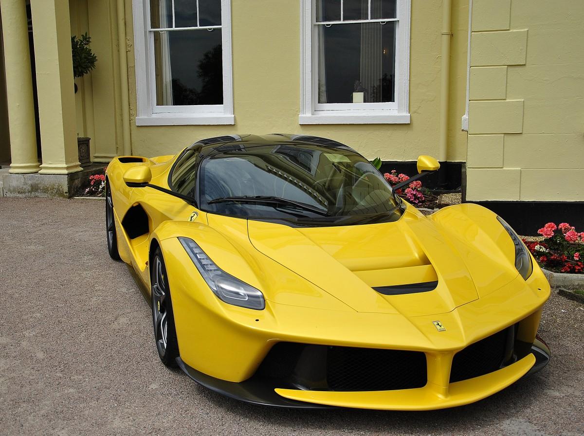 Фото желтой ламборджини сбоку в высоком разрешении возле администрации